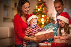 Familie packt an Weihnachten Geschenke aus