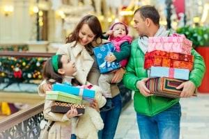 Familie kauft Weihnachtsgeschenke ein