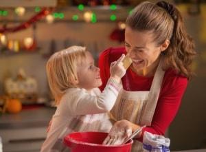 Mutter und Tochter backen Weihnachtskekse