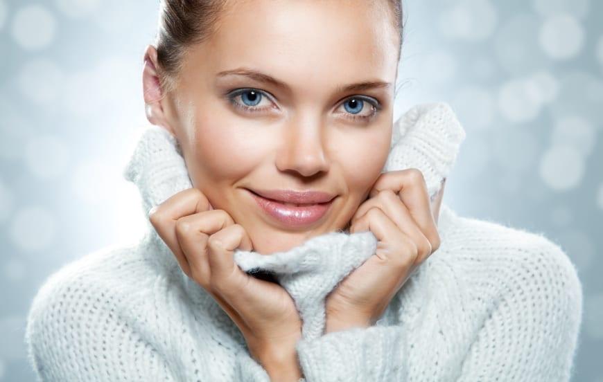 Frau mit warmen Rollkragenpullover