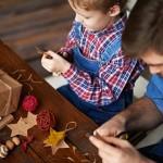 Vater und Sohn basteln zusammen Weihnachtssterne