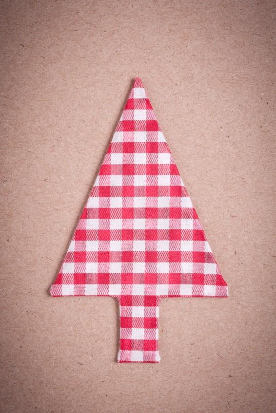 Weihnachtsbaum aus rotem Stoff nähen
