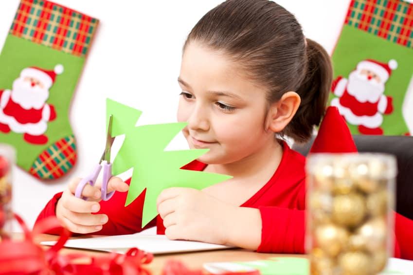 Weihnachtsbäume mit Kindern basteln