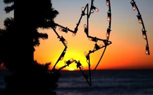 Weihnachtliche Lichterkette am Strand
